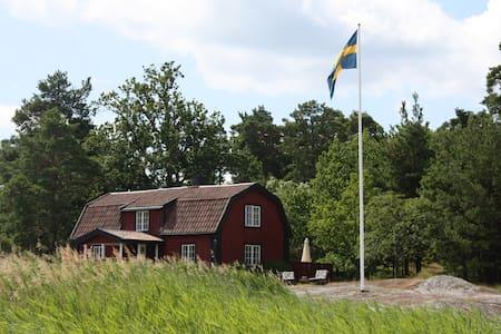 Skärgårdshus på sjötomt med brygga