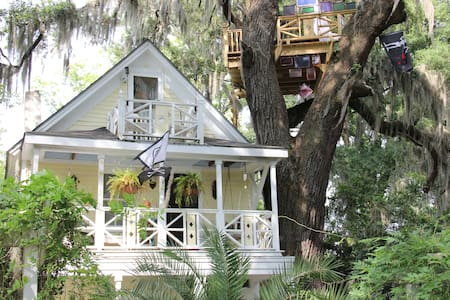 Diamond Oaks Treehouse Skylight Suite - Savannah - Bed & Breakfast
