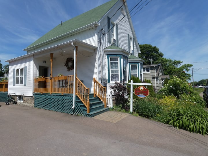 Beautiful Bed w/Private Bath Downtown Shediac, NB