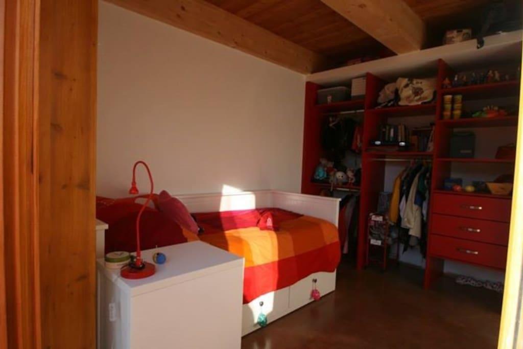 Chambres spatieuses et lumineuses. Avec placards et bureaux.