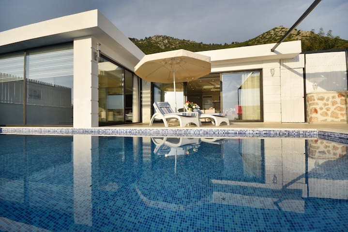 Honeymoon Villa With indoor Heated Swimmingpool