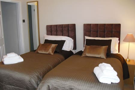 Gorgeous flat wifi and comfy beds! - box wiltshire - Apartemen