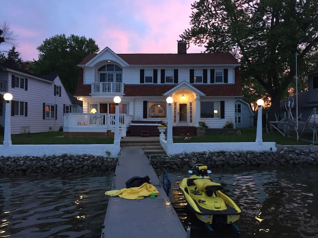 Charmingly HUGE Lake Marie Beauty - Antioch - House