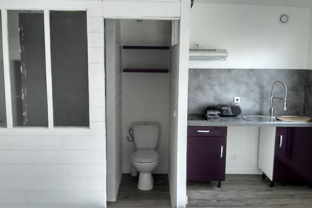 Cuisine équipée (ici avant installation frigo etc), salle de bain et Wc séparés (porte coulissante), Vue sur jardin!