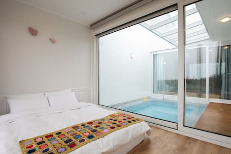 Modern & neat B&B with private pool - Hawon-dong, Seogwipo-si