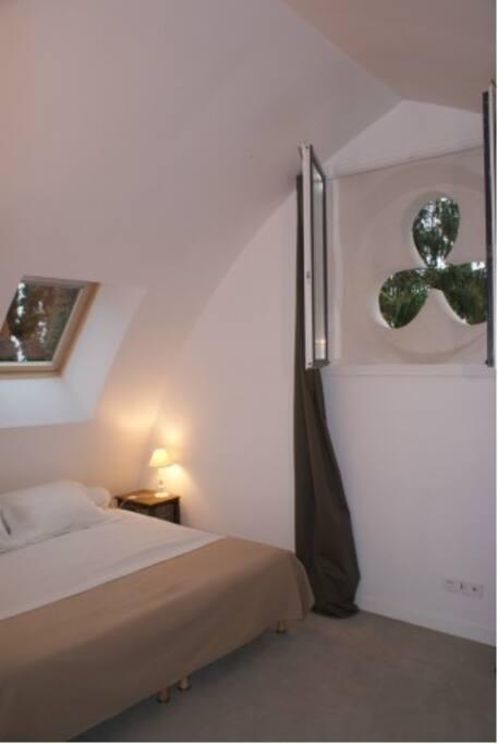 la chambre aux 3 lits d'une personne dont deux peuvent faire un lit double comme sur la photo!