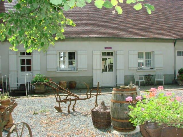 Chez Mémé Delphine - gîte pour 4 - Moutier-Malcard - Hus