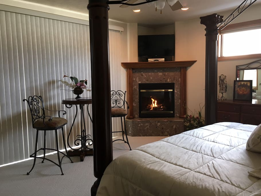 Master Suite w/gas fireplace/TV/ patio deck with access to Hot Tub. King Size Bed w/ Memory Foam Mattress