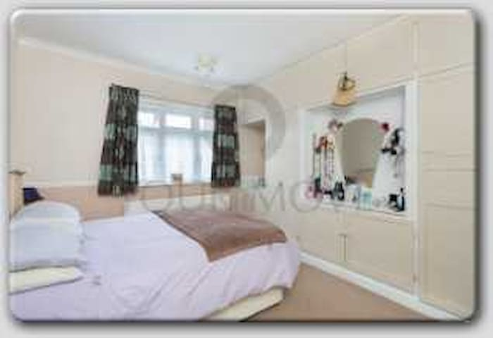 spacious room in comfy family home - Chingford - Bed & Breakfast