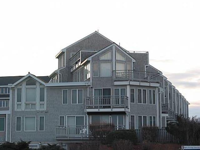 Luxury 3BR Townhouse on the beach in Narragansett
