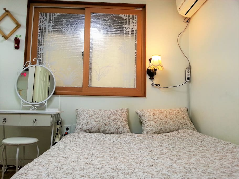 Wide Double bed for couple or friends Free High Speed WiFi Working