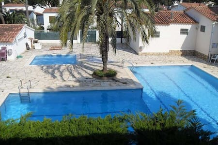 Guineu: little house with comunity pools and wifi. - L'Escala - Haus