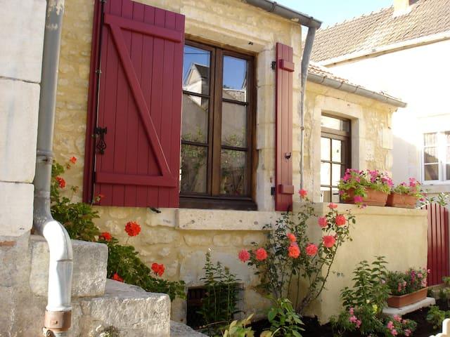 Stone Cottage in Medieval Burgundy - La Charité-sur-Loire - Rumah