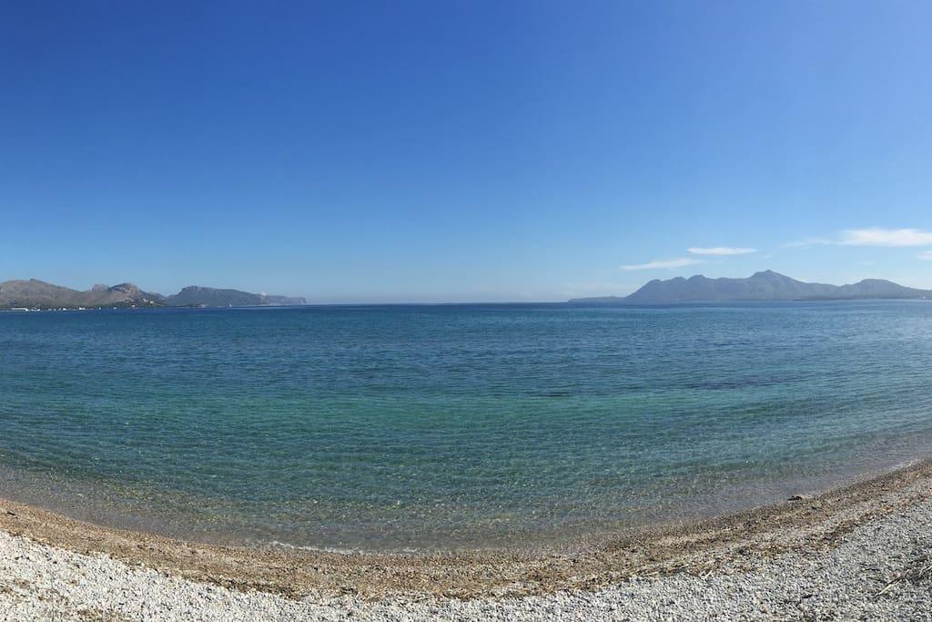 Playa de arena y piedras a 10 metros