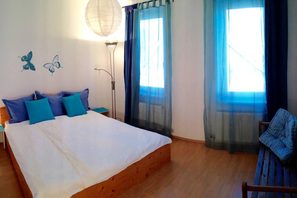 Schlafzimmer mit Vollholz-Doppelbett