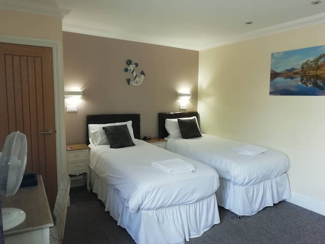 Queen Phillippa B&B - Twin Room En-suite