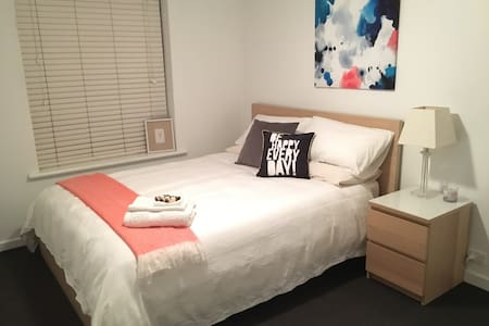 Quiet, cosy room close to city! - Goodwood - Lejlighed