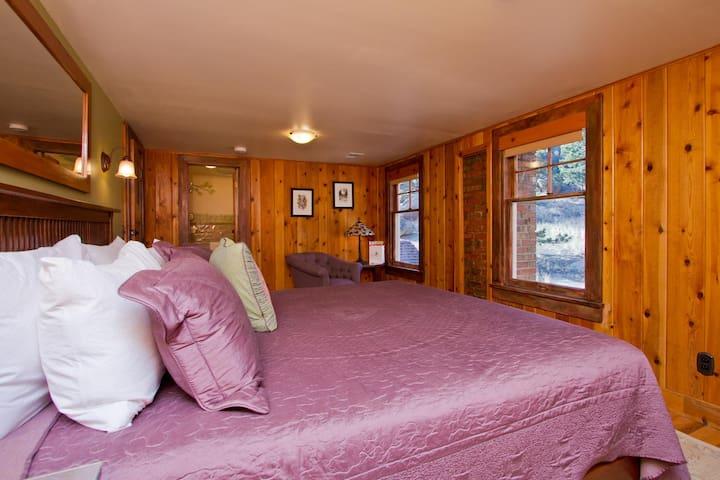 Golden Leaf Inn, Rustic Royal Room - Estes Park - Bed & Breakfast