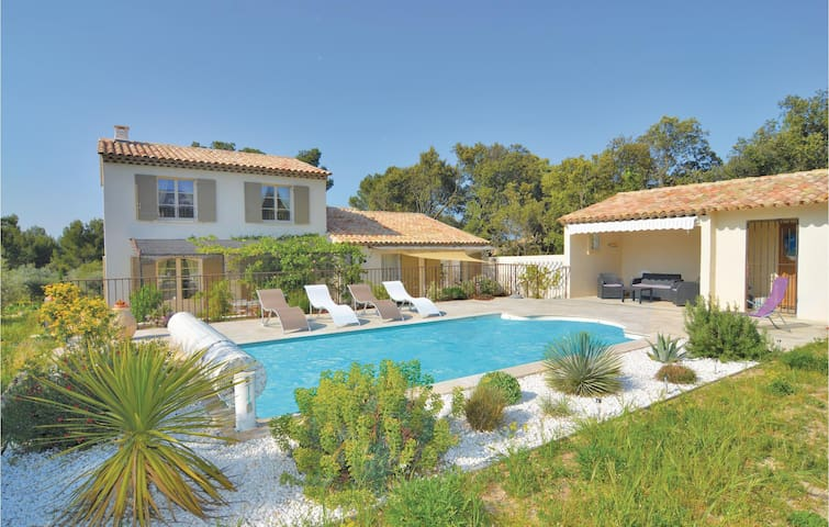 Holiday cottage with 4 bedrooms on 147m² in Eygalières