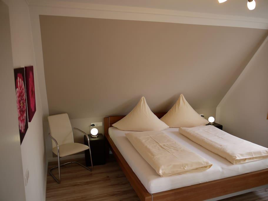 Großes Schlafzimmer mit großem Schrank.