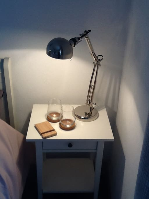 Reading lamp for both sides of the bed and smart phone holder, with USB plug.