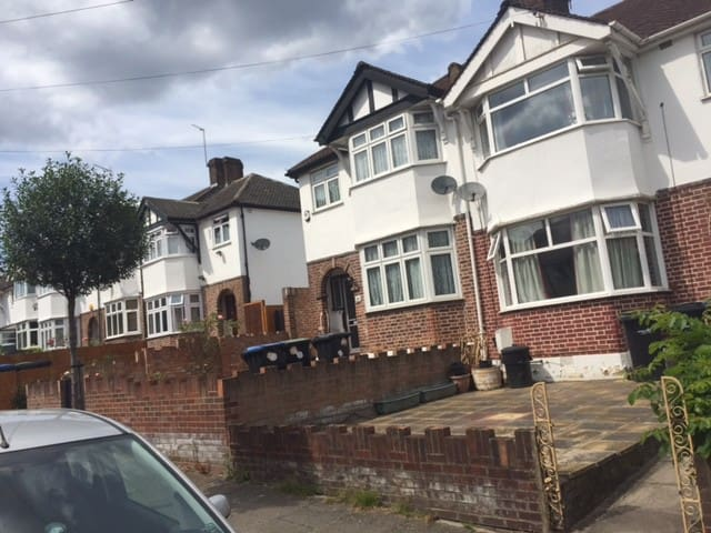3 beds Family home, 30 mins from central London.