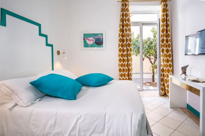 Emerald Bedroom with Balcony. Free access in the small garden.
