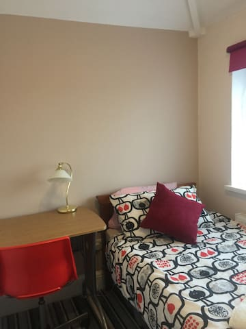 Good size quiet room with comfy bed - Derby - Casa