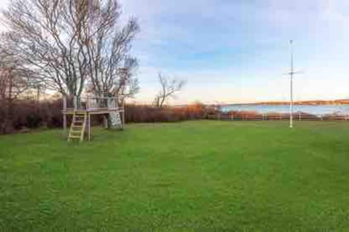 Montauk Lake cottage walking distance to the beach