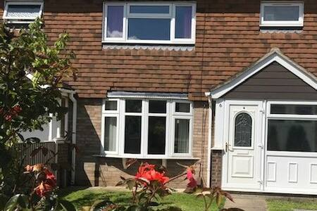 Modern spacious 3-bed house with conservatory.