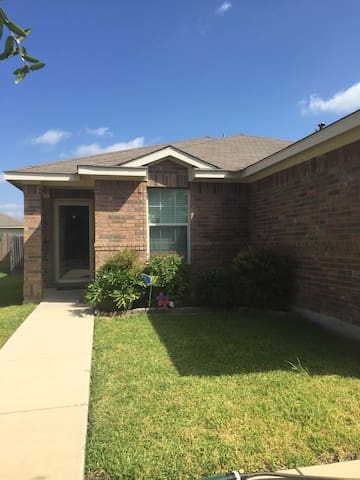 Family home near Randolph AFB - Cibolo - House