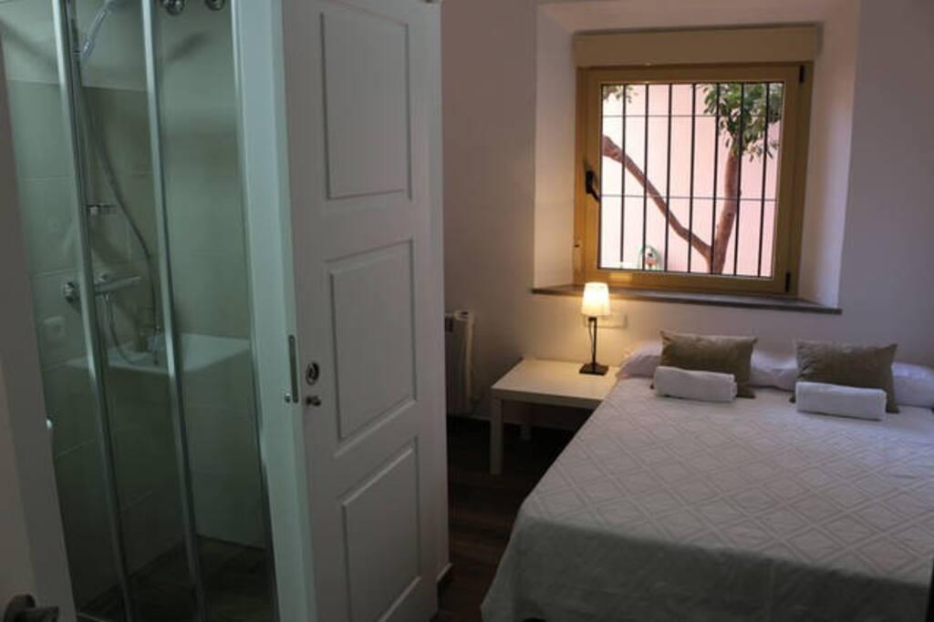 Dormitorio 2 en suite, con baño completo en la habitación, y TV