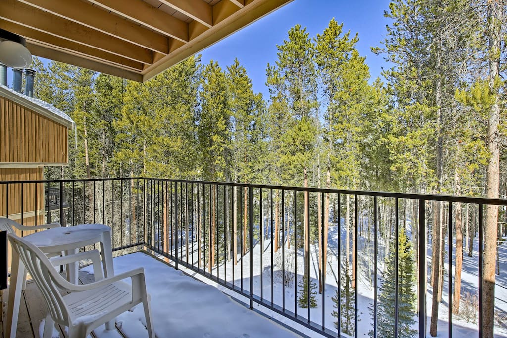 This fabulous condo offers a clubhouse with a pool, hot tubs, and sauna!