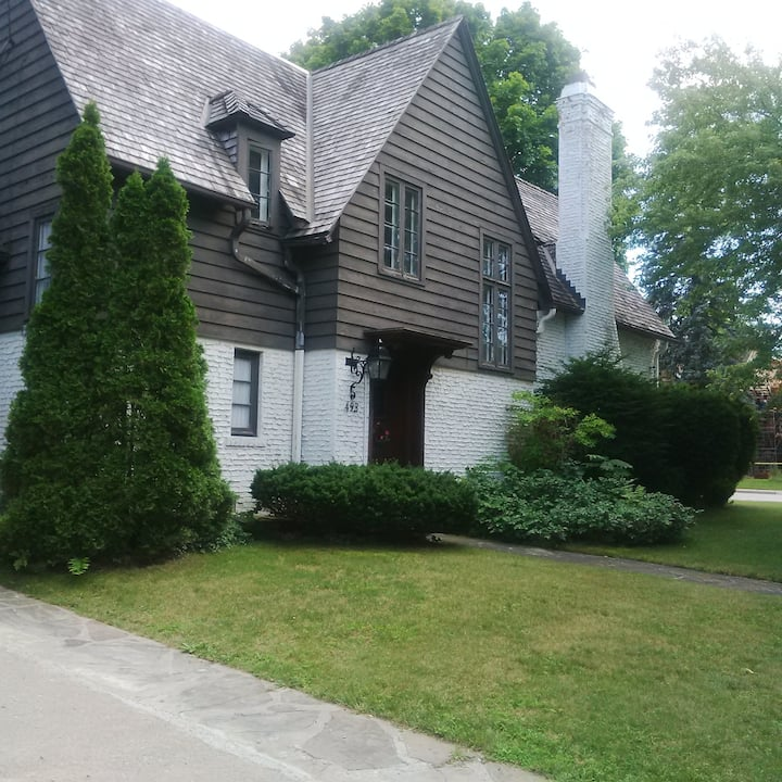 The Carriage House: 2 adjoining rooms,  1 bath