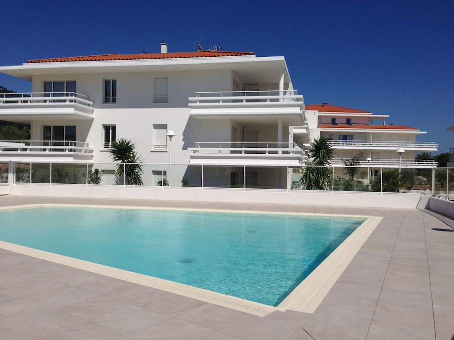 Appart neuf 6 personnes piscine mer 200m apartments for Piscine carqueiranne