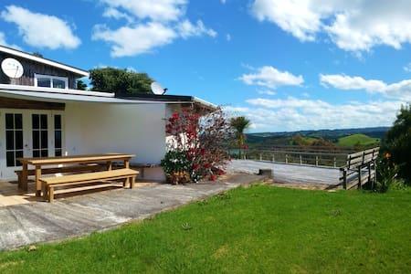 Hilltop Villa (Queen Bed Room) - Pataua