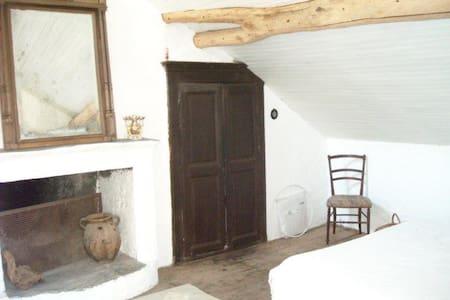 Une chambre blanche avec vue - House