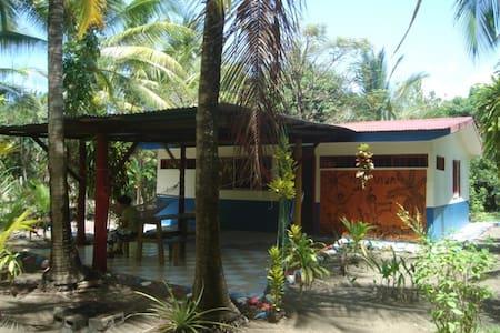 Bungalow direkt am Palmenstrand - Parrita - Haus
