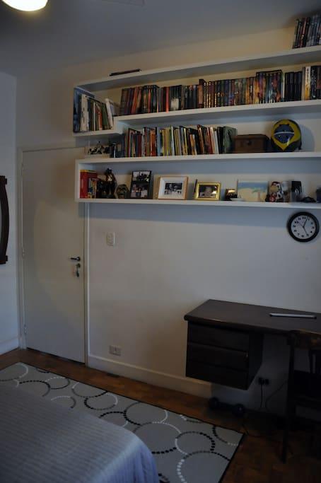 escrivaninha e cadeira de escritório com internet wi-fi