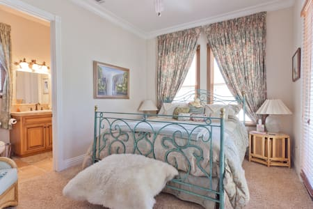 Plush w/private entrance (King bed) - House