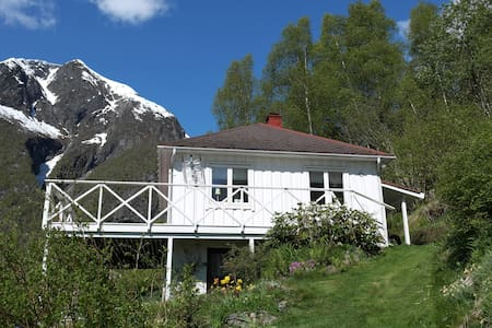 Cabin in the beautiful Esefjord with nice view - Balestrand - Hytte
