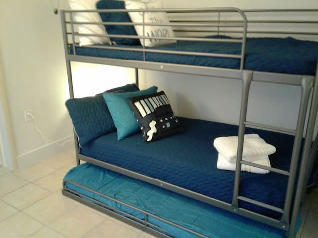 Clean & Affordable Space ~ walk to Miracle Mile