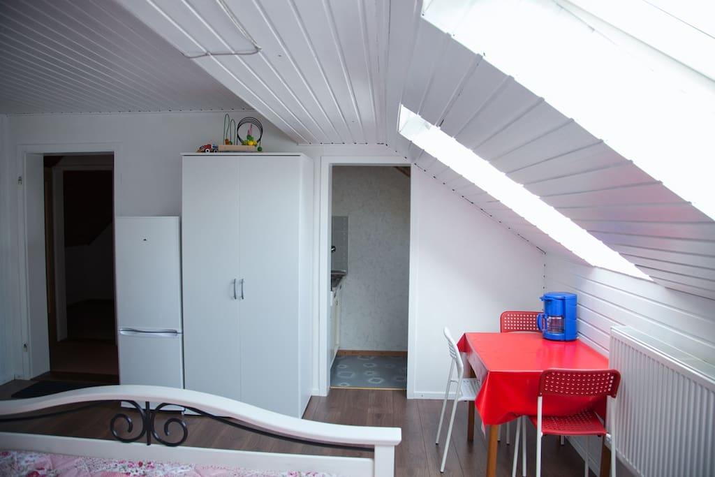 Rechts ist der Kücheneingang, links ist der Flur.