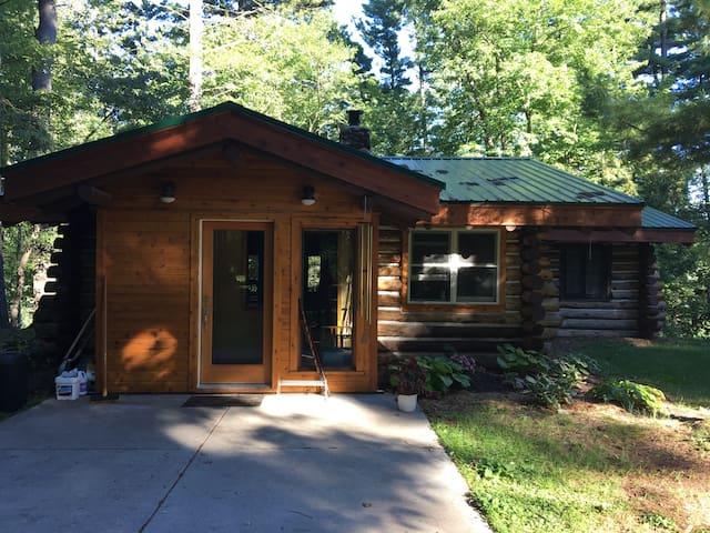 Cozy, historic Log cabin on Tainter Lake