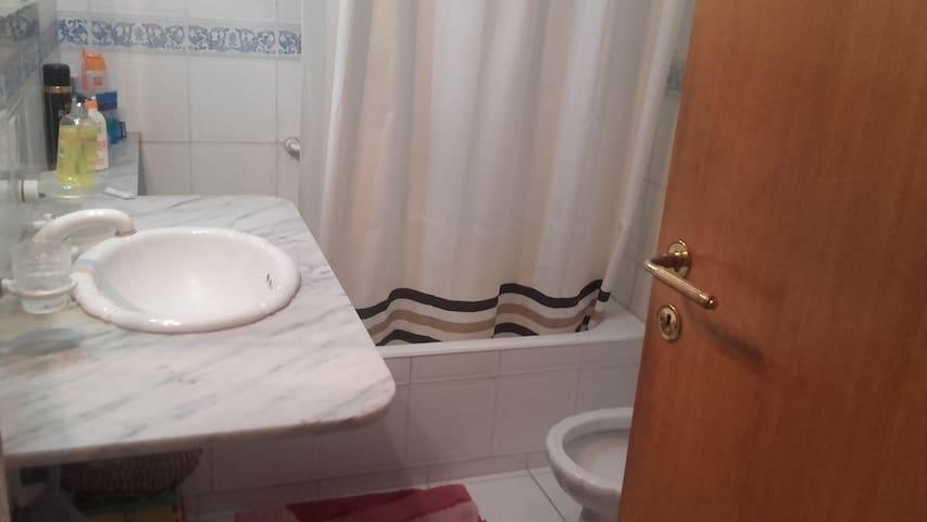 Habitacion privada en casa de flia