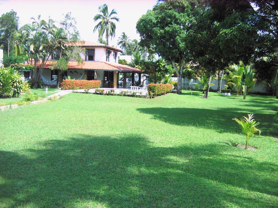 Vista da casa e do jardim