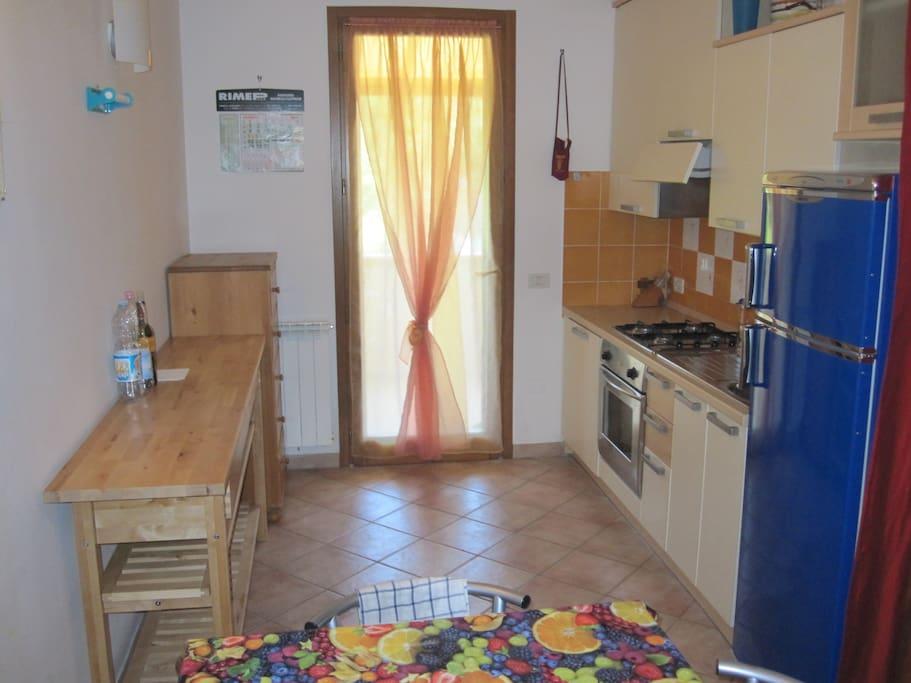 CUCINA porta finestra sul balcone- KITCHEN