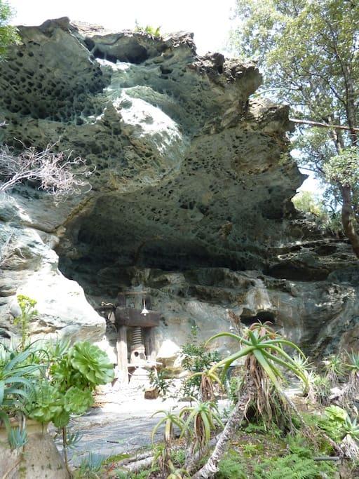 la grotte et sa terrasse aménagée offrent un cadre de détente unique