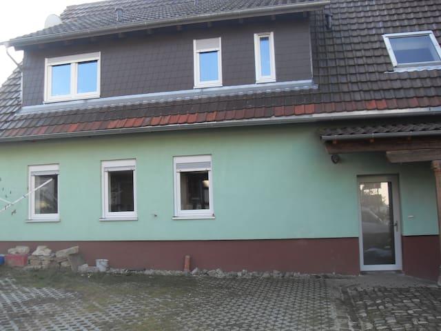 Gemütliche Zimmer in ruhiger Lage - Ubstadt-Weiher - House