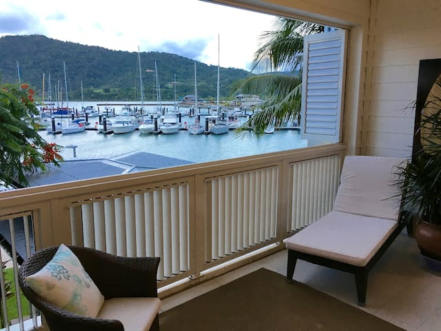 Absolute Waterfront Apartment Port of Airlie - Airlie Beach - Apartment